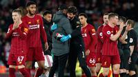 Manajer Liverpool Jurgen Klopp (kiri tengah) merangkul penjaga gawang Alisson pada akhir laga Liga Inggris antara Liverpool dengan Sheffield United di Anfield Stadium, Liverpool, Inggris, Kamis (2/1/2020). Liverpool menang 2-0. (AP Photo/Jon Super)