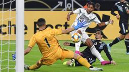 Pemain Jerman, Serge Gnabry, mencetak gol ke gawang Argentina pada laga persahabatan di Stadion Signal Iduna Park, Rabu (9/10). Kedua tim bermain imbang 2-2. (AP/Martin Meissner)