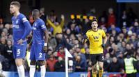 Striker Wolverhampton Wanderers Raul Jimenez (kanan) merayakan gol ke gawang Chelsea pada lanjutan Liga Inggris di Stamford Bridge, Minggu (10/3/2019). (AP Photo/Matt Dunham)
