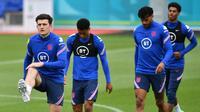 Harry Maguire sebelumnya mengalami cedera ligamen pada pergekangan kakinya ketika membela Manchester United menghadapi Aston Villa pada bulan lalu. Namun dirinya bisa menjawab kekhawatiran publik setelah ia tampil dalam sesi latihan bersama. (Foto: AFP/Justin Tallis)