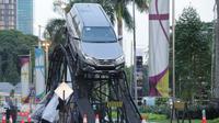 Berbagai macam rintangan sengaja dibuat untuk melihat sejauh mana kemampuan SUV tujuh penumpang yang diproduksi di dalam negeri tersebut