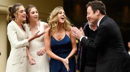 Tiga putri aktor Sylvester Stallone, Sistine, Scarlet, Sophia berbincang dengan Pembawa acara Golden Globe Awards ke-74, Jimmy Fallon jelang penanugerahan Golden Globe Awards ke-74 di Beverly Hilton, Beverly Hills, (4/1). (Chris Pizzello/Invision/AP)