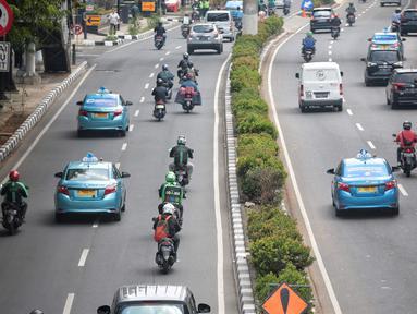 Pengendara motor melaju di antara mobil di Jalan Rasuna Said, Jakarta, Selasa (4/9). Pemprov DKI menerapkan kawasan ganjil-genap selama 15 jam yang akan menjadi tempat lintas Electronic Road Princing(ERP) atau jalan berbayar. (Liputan6.com/Faizal Fanani)