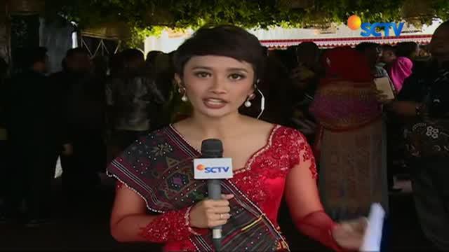 Dengan mengenakan setelan jas, Jan Ethes terlihat senang di acara pernikahan Bobby-Kahiyang.