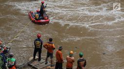 Petugas SAR dari unsur Damkar PB bersama petugas PPSU melakukan operasi pencarian di Kalibaru, Jakarta, Kamis (20/12). Operasi pencarian terkait informasi adanya orang tenggelam di Kalibaru, Pasar Rebo, Jakarta Timur. (Liputan6.com/Helmi Fithriansyah)