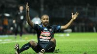 Striker Arema, Thiago Furtuoso, punya cara hadapi tekanan dari Aremania. (Bola.com/Iwan Setiawan)
