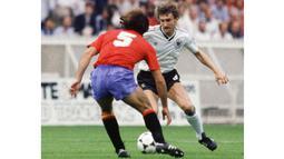 Rudi Voller (kanan) menempati urutan keempat tops scorer sepanjang masa timnas Jerman dengan jumlah 47 gol selama berkiprah bersama tim Panser. Gol pertamanya lahir pada 30 Maret 1983.  (AFP/Staff)