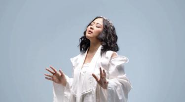 "Astrid memulai kariernya sejak 2003 silam. Singelnya yang berjudul ""Jadikan Aku yang Kedua"" melejit dan populer hingga saat ini. Kini penyanyi kelahiran Surabaya ini masih tetap berkarya di dunia tarik suara. (Liputan6.com/IG/@astridbasjar)."