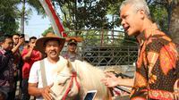 Ganjar Pranowo, bertemu dengan Ridwan Sururi, pengelola kuda pustaka di Lereng Gunung Slamet. (Foto: Liputan6.com/Kominfo PBG/Muhamad Ridlo)