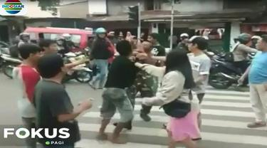 Peristiwanya dipicu teguran seorang anggota TNI lainnya lantaran kepalanya terbentur sepeda motor.