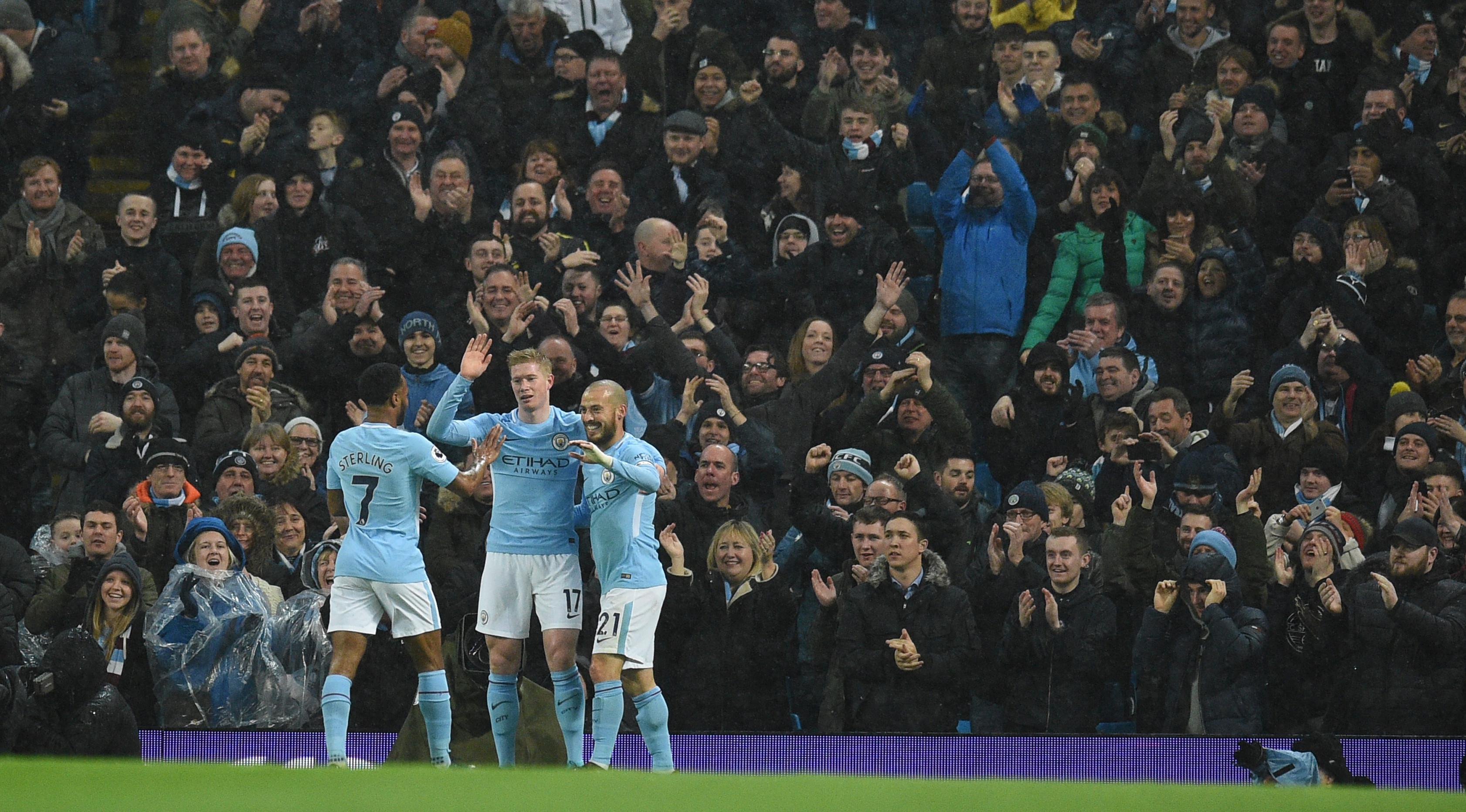 Pemain Manchester City, Kevin De Bruyne dan David Silva merayakan gol Raheem Sterling ke gawang Watford dalam lanjutan Premier League di Etihad Stadium, Selasa (2/1). Manchester City mengatasi perlawanan Watford dengan skor 3-1. (Oli SCARFF/AFP)
