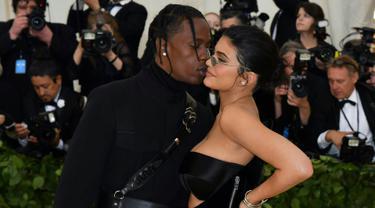 Kylie Jenner mengajak kekasihnya, Traviz Scott menghadiri Met Gala 2018 di Metropolitan Museum of Art New York, Senin (7/5). Untuk pertama kalinya, Kylie Jenner berjalan di karpet merah bersama sang kekasih setelah melahirkan Stromi. (AFP/Angela WEISS)