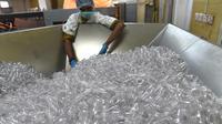 Pekerja mengecek botol di pabrik air mineral alami Aava di Ahmedabad, India (19/3). Hari Air Sedunia jatuh pada tanggal 22 Maret dan berfokus pada pentingnya akses universal terhadap air bersih, sanitasi dan fasilitas kebersihan. (AFP Photo/Sam Panthaky)