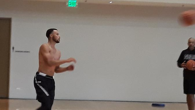 Bintang NBA, Stephen Curry, saat berlatih di Kerry Sports Gym, Shangri-La Fort, Manila, Filipina, Jumat (7/9/2018). (Bola.com/Yus Mei Sawitri)