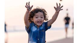 Anak yang kini berusia empat tahun ini terlihat gemas dengan rambut ikal dan senyumnya yang manis. (Liputan6.com/IG/@arsya.hermansyah)