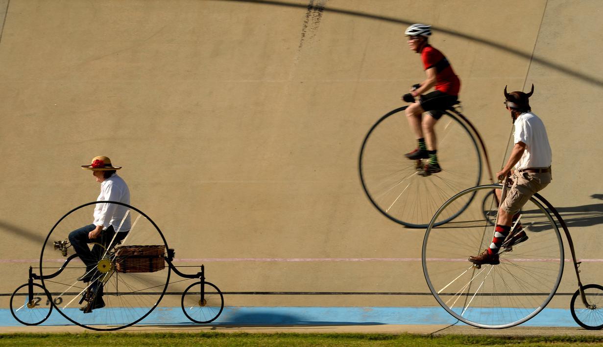 Sejumlah peserta mengendarai sepeda klasik saat kegiatan Sydney Classic Bicycle Show 2017 di Canterbury Velodrome di Sydney (6/5). Kegiatan ini sudah dijalankan oleh klub sepeda Dulwich Hill sejak 1908. (AFP Photo/Peter Parks)