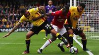 Pemain Watford berebut bola dengan pemain MU, Paul Pogba, dalam laga Premier League di Stadion Vicarage Road, Minggu (18/9/2016). (Reuters/Eddie Keogh)