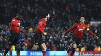 Gelandang Manchester United (MU) Marouane Fellain merayakan golnya ke gawang Young Boys bersama rekannya Chris Smalling dan Paul Pogba dalam lanjutan Grup H Liga Champions. MU menang 1-0 di Old Traffrod, Rabu (28/11/2018). (AP Photo/Jon Super)