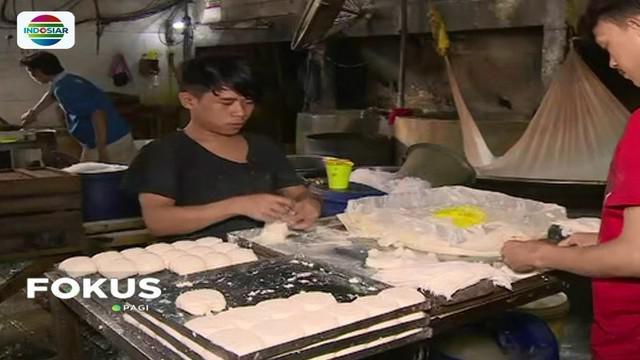 Perajin tahu tempe di sejumlah wilayah kini terhimpit persoalan akibat melemahnya rupiah. Bahkan sejumlah pekerja terpaksa dirumahkan pemilik pabrik.