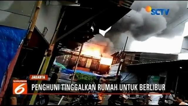 Waspadalah sebelum meninggalkan rumah untuk berlibur. Diduga korsleting listrik, sebuah rumah di kawasan Senen terbakar saat ditinggal penghuninya liburan.