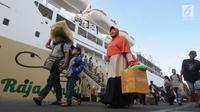 Pemudik yang menumpang KM Labobar tiba di Pelabuhan Tanjung Perak, Surabaya, Jawa Timur, Jumat (31/5/2019). Pelindo III memprediksi puncak mudik angkutan laut Lebaran 2019 yang masuk ke Jawa Timur akan terjadi pada H-3 atau Minggu, 2 Juni. (merdeka.com/Dwi Narwoko)