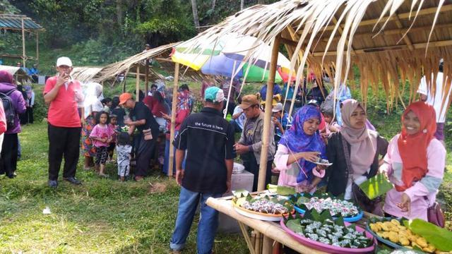 Jajanan Kuno Di Pasar Lereng Gunung Slamet Ini Dibayar Pakai