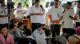 Perwakilan Himpunan Disabilitas Netra Indonesia memberi sambutan saat mendatangi Gedung Kementerian Sosial, Jakarta, Senin (4/3). Massa menyampaikan keberatan atas Permensos Nomor 18 Tahun 2018. (Liputan6.com/Faizal Fanani)