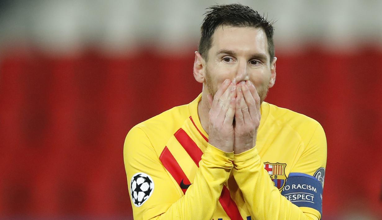 Ekspersi striker Barcelona, Lionel Messi, usai gagal mencetak gol penalti saat melawan Paris Saint-Germain pada laga Liga Champions di Stadion Parc des Princes, Kamis (11/3/2021). Kedua tim bermain imbang 1-1. (AP/Christophe Ena)