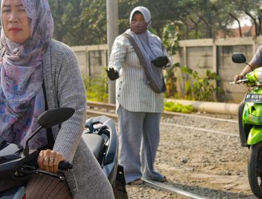 Bu Neng, Wanita Penjaga Lintasan Kereta Tanpa Pintu di Batuceper