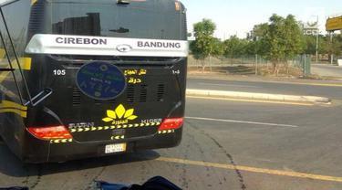 Sebuah bus bertuliskan jurusan Cirebon-Bandung terlihat di jalanan Mekkah.