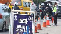 Arus Balik H+5 aparat kepolisian terus berjaga-jaga dan mengamankan titik rawan kemacetan di Pos Palimanan Cirebon, Jawa Barat, Jumat (30/6) (Liputan6.com/Helmi Afandi)