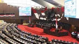 Suasana ruang rapat paripurna jelang pembukaan Sidang Paripurna Masa Persidangan IV 2019-2020 di Kompleks Parlemen, Jakarta, Senin (15/6/2020). Rapat beragendakan penyampaian fraksi atas kerangka ekonomi makro dan pokok-pokok kebijakan fiskal RAPBN 2021. (Liputan6.com/Helmi Fithriansyah)