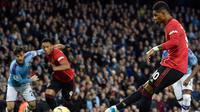Pemain Manchester United Marcus Rashford (kanan) mencetak gol ke gawang Manchester City pada pertandingan Liga Inggris di Etihad Stadium, Manchester, Inggris, Sabtu (7/12/2019). Manchester United menang 2-1. (AP Photo/Rui Vieira)