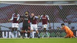 Reaksi pemain Liverpool Mohamed Salah (kedua kiri) usai golnya dianulir saat melawan Aston Villa pada pertandingan putaran ketiga Piala FA di Stadion Villa Park, Birmingham, Inggris, Jumat (8/1/2021). Liverpool menang 4-1 dengan Sadio Mane mencetak dua gol. (AP Photo/Rui Vieira)