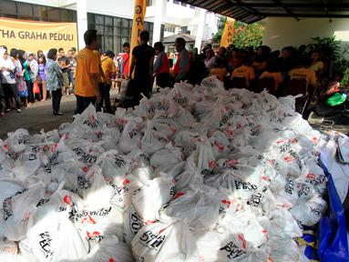 Tumpukan sembako siap dibagikan kepada warga yang membutuhkan dalam kegiatan Pasar Murah Artha Graha Peduli di kawasan Pegangsaan, Jakarta Pusat, Rabu (29/6).(Liputan6.com/Angga Yuniar)