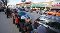 Ratusan orang mendatangi sebuah masjid di Toronto, Kanada untuk melindungi jamaah yang Salat Jumat (Michael Hudson/Diocese of Toronto)
