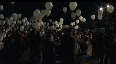 Warga Tokyo merayakan tahun baru di sebuah taman. Mereka merayakan dengan melepas balon dan pertunjukkan kembang api.