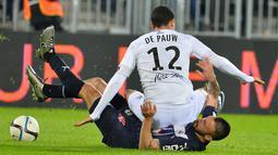 Pemain Guingamp, Nill de Pauw (atas), terjatuh di atas tubuh pemain Bordeaux, Diego Contento, dalam laga Liga Prancis di Stadion Matmut Atlantique,Bordeaux, Prancis, (6/12/2015). (AFP/Nicolas Tucat)