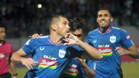 Aksi selebrasi pemain PSIS, Wallace Costa, setelah mencetak gol ke gawang Persela di Stadion Moch Soebroto, Magelang, Sabtu (6/7/2019). (Bola.com/Vincentius Atmaja)