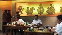 Jokowi-Prabowo makan siang di pusat perbelanjaan FX Sudirman, Jakarta, Sabtu (13/7/2019). (Liputan6.com/Lizsa Egeham)