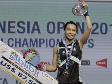 Pebulutangkis Taiwan, Tai Tzu Ying, melakukan selebrasi usai mengalahkan wakil Cina, Chen Yufei, pada final Indonesia Open 2018 di Istora Senayan, Jakarta, (8/6/2018). Tai Tzu Ying menang 21-23 21-15 21-9. (Bola.com/M Iqbal Ichsan)