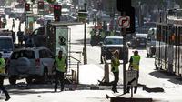 Sebuah mobil SUV menabrak kerumunan pejalan kaki di persimpangan jalan Flinders dan Elizabeth, kawasan pusat bisnis Melbourne, Australia, Kamis (21/12). Mobil baru berhenti di jalan yang sibuk usai menabraki banyak orang di jalur trem. (Mark Peterson/AFP)