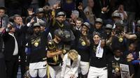 Para pebasket Golden State Warriors merayakan kemenangan atas Cleveland Cavaliers pada final NBA di Quicken Loans Arena, Ohio, Jumat (8/6/2018). Warriors juara setelah menang 4-0 atas Cavaliers. (AFP/Carlos Osorio)