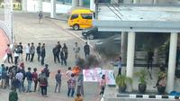 Aksi mahasiswa di Universitas Negeri Surabaya (Unesa). (Foto: Liputan6.com/Dian Kurniawan)