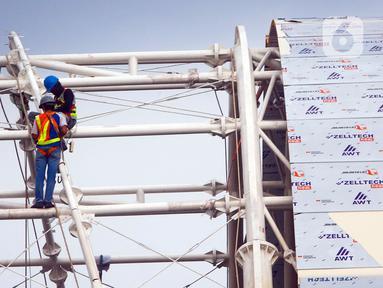 Pekerja menyelesaikan pengerjaan proyek pembangunan konstruksi LRT dan gedung bertingkat di Jakarta, Selasa (17/11/2020). Pandemi COVID-19 yang terjadi sejak awal tahun menurunkan konsumsi dan utilitas industri baja konstruksi dan baja ringan konstruksi. (Liputan6.com/Angga Yuniar)