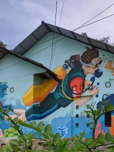 Ada sekitar 20 rumah menjadi tempat wisata karena konsep muralnya dengan dicat warna – warni tiga dimensi di Kelurahan Dembe 1 Kecamatan Kota Barat, Kota Gorontalo