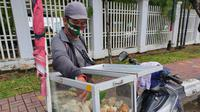Surahman (32), pedagang pempek sepeda motor yang menjajakan pempek Palembang di Jalan POM XI Palembang Sumsel (Liputan6.com / Nefri Inge)