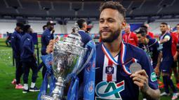 Penyerang PSG, Neymar, merayakan trofi juara Piala Prancis usai mengalahkan Saint-Etienne pada pertandingan final di Stadion Stade de France, Sabtu (25/7/2020) dini hari WIB. PSG menang 1-0 atas Saint-Etienne. (AFP/Geoffroy Van Der Hasselt)