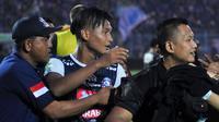 Ahmad Nur Hardianto saat diamankan seusai pertandingan kontra Persebaya dari serbuan Aremania di Stadion Kanjuruhan, Malang, Sabtu (6/10/2018). (Bola.com/Iwan Setiawan)