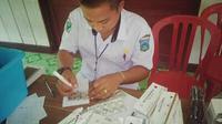 Seorang perawat tengah bertugas memberikan pelayanan kesehatan. (Istimewa)